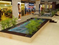 Río con una fuente en un centro comercial