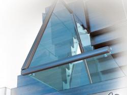 Barandilla de escalera de cristal en una casa de campo