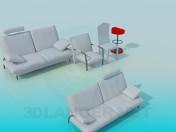 Eine Reihe von Sofas mit Stühlen