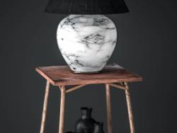 Lámpara de mesa en la mesa